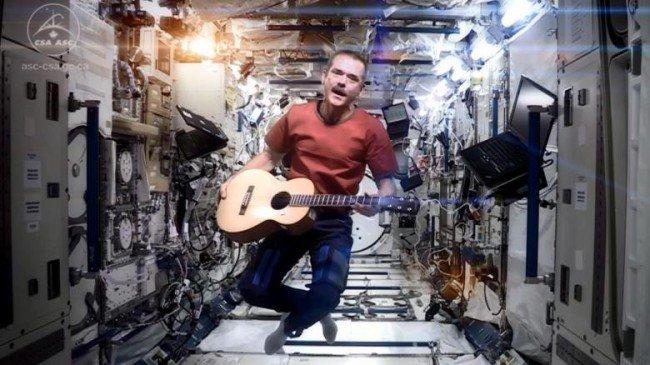 Фото - Астронавт Крис Хэдфилд готовится выпустить записанный в космосе альбом