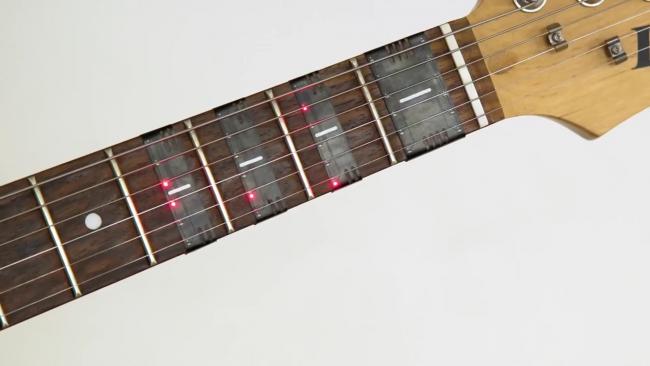 Фото - Накладной самоучитель FretX поможет освоить гитару